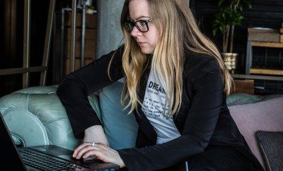 nicole-venglovicova-laptop-lifestyle