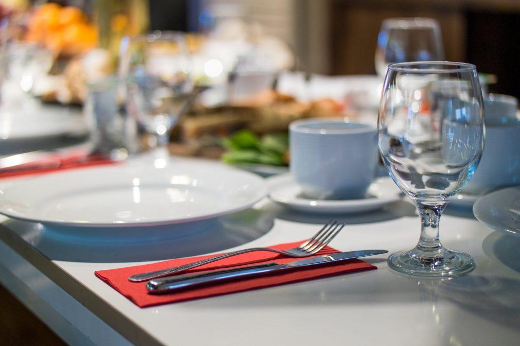 table arrangement in restaurant